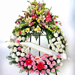 Corona funeraria para difuntos de flores rosas y amarillas con lirios Floristería online Valladolid