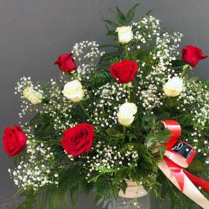 Centro de doce rosas rojas y blancas en la tienda online de la Floristería Yerba