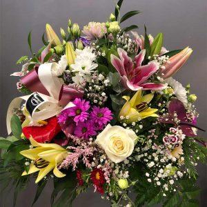 Centro funerario con flores variadas de tamaño pequeño-f