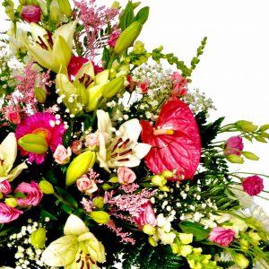 Detalle de Corona funeraria con flores rosas y amarillas de la Floristería online Valladolid