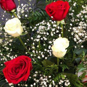 Detalle de las flores del centro de rosas rojas y blancas para comprar online