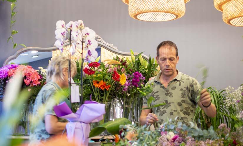 Ana y Ricardo trabajando en la floristería del barrio de La Victoria, en Valladolid, entre flores
